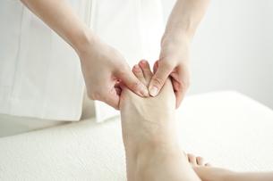 足をマッサージするエステティシャンの写真素材 [FYI00041447]