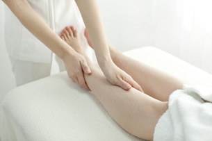 足をマッサージするエステティシャンの写真素材 [FYI00041453]