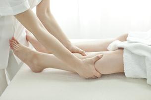 足をマッサージするエステティシャンの写真素材 [FYI00041454]