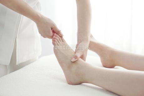足をマッサージするエステティシャンの写真素材 [FYI00041458]