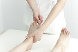 足をマッサージするエステティシャンの写真素材 [FYI00041459]