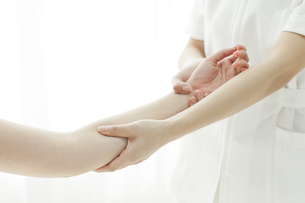 腕をマッサージするエステティシャンの写真素材 [FYI00041478]