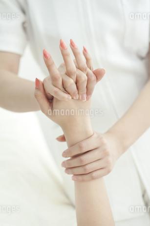 手をマッサージするエステティシャンの写真素材 [FYI00041485]