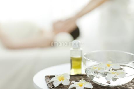 プルメリアの花とオイルの写真素材 [FYI00041560]
