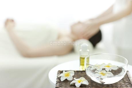 プルメリアの花とオイルの写真素材 [FYI00041564]
