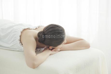エステを受けている女性の写真素材 [FYI00041577]