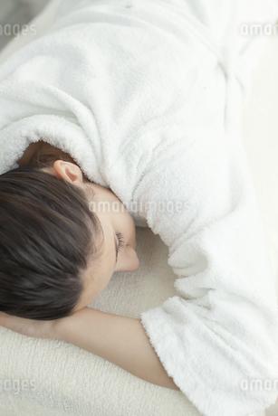 エステを受けている女性の写真素材 [FYI00041599]