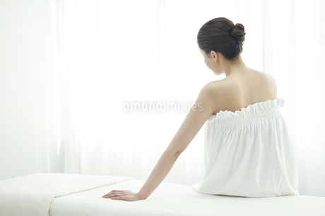 エステを受けている女性の写真素材 [FYI00041608]