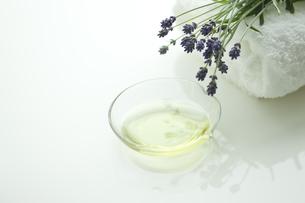 ラベンダーの花とアロマオイルの写真素材 [FYI00041651]