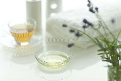 ラベンダーの花とアロマオイルの写真素材 [FYI00041653]