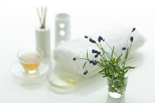 ラベンダーの花とアロマオイルの写真素材 [FYI00041658]