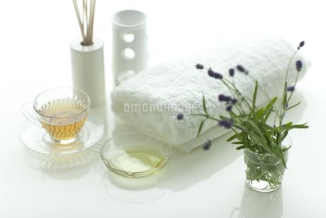 ラベンダーの花とアロマオイルの写真素材 [FYI00041659]