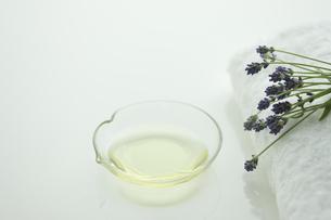 ラベンダーの花とアロマオイルの写真素材 [FYI00041664]