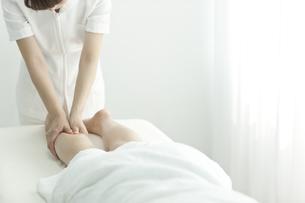 足をマッサージするエステティシャンの写真素材 [FYI00041665]