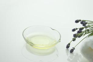 ラベンダーの花とアロマオイルの写真素材 [FYI00041666]