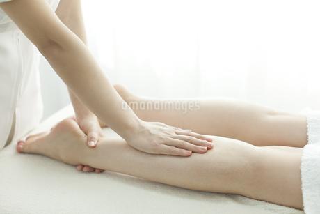 足をマッサージするエステティシャンの写真素材 [FYI00041673]