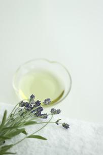 ラベンダーの花とアロマオイルの写真素材 [FYI00041675]