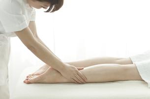 足をマッサージするエステティシャンの写真素材 [FYI00041681]