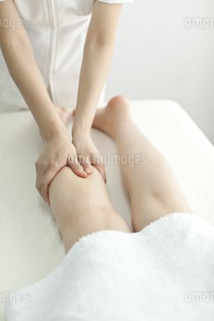 足をマッサージするエステティシャンの写真素材 [FYI00041682]