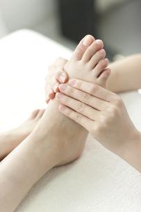 足をマッサージするエステティシャンの写真素材 [FYI00041685]