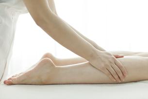 足をマッサージするエステティシャンの写真素材 [FYI00041686]
