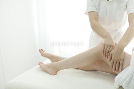 足をマッサージするエステティシャンの写真素材 [FYI00041688]