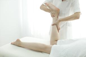 足をマッサージするエステティシャンの写真素材 [FYI00041689]