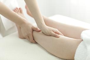 足をマッサージするエステティシャンの写真素材 [FYI00041691]