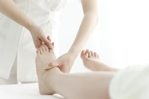 足をマッサージするエステティシャンの写真素材 [FYI00041693]