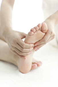 足をマッサージするエステティシャンの写真素材 [FYI00041697]