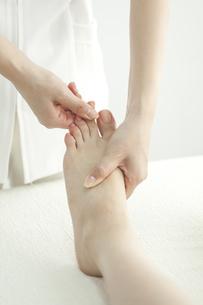 足をマッサージするエステティシャンの写真素材 [FYI00041701]
