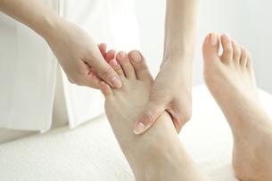 足をマッサージするエステティシャンの写真素材 [FYI00041705]