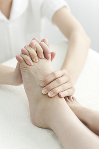 足をマッサージするエステティシャンの写真素材 [FYI00041708]