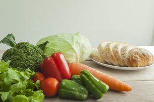 緑黄色野菜とパンの写真素材 [FYI00041771]