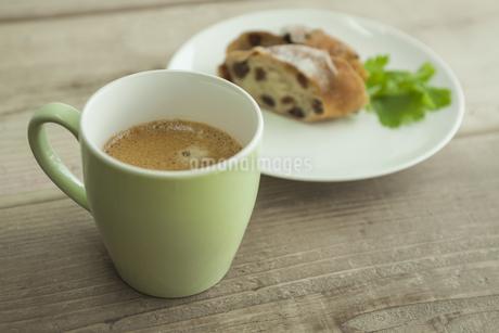 コーヒーとパンの写真素材 [FYI00041773]