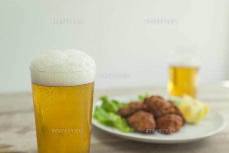 ビールとから揚げの写真素材 [FYI00041774]