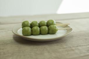 テーブルに置かれた草団子の写真素材 [FYI00041793]