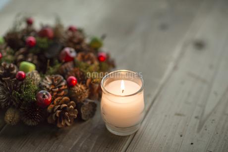 キャンドルとクリスマスリースの写真素材 [FYI00041819]