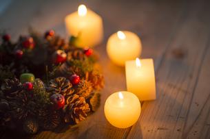 キャンドルとクリスマスリースの写真素材 [FYI00041820]