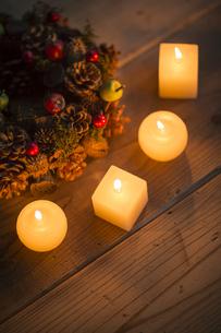 キャンドルとクリスマスリースの写真素材 [FYI00041821]