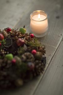 キャンドルとクリスマスリースの写真素材 [FYI00041824]