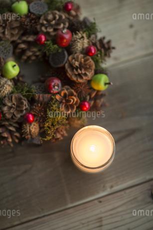 キャンドルとクリスマスリースの写真素材 [FYI00041825]