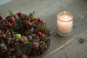 キャンドルとクリスマスリースの写真素材 [FYI00041826]