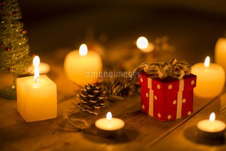 キャンドルとクリスマスグッズの写真素材 [FYI00041827]
