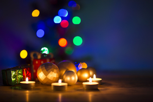 キャンドルとクリスマスグッズの写真素材 [FYI00041828]
