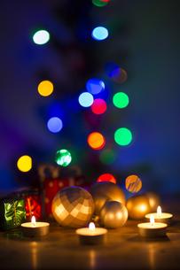 キャンドルとクリスマスグッズの写真素材 [FYI00041829]