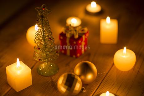 キャンドルとクリスマスグッズの写真素材 [FYI00041830]