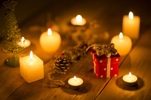キャンドルとクリスマスグッズの写真素材 [FYI00041832]