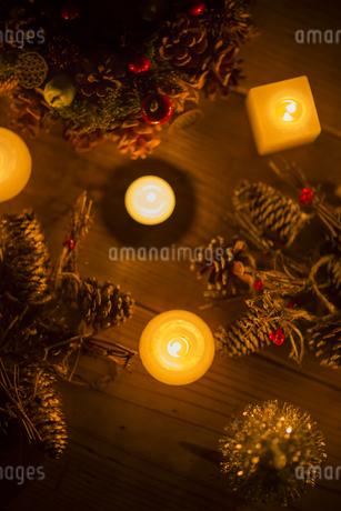 キャンドルとクリスマスリースの写真素材 [FYI00041833]