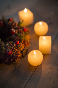 キャンドルとクリスマスリースの写真素材 [FYI00041834]